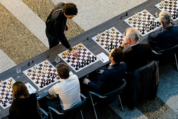 chess grandmaster fabiano Caruana challenges politicians to chess match